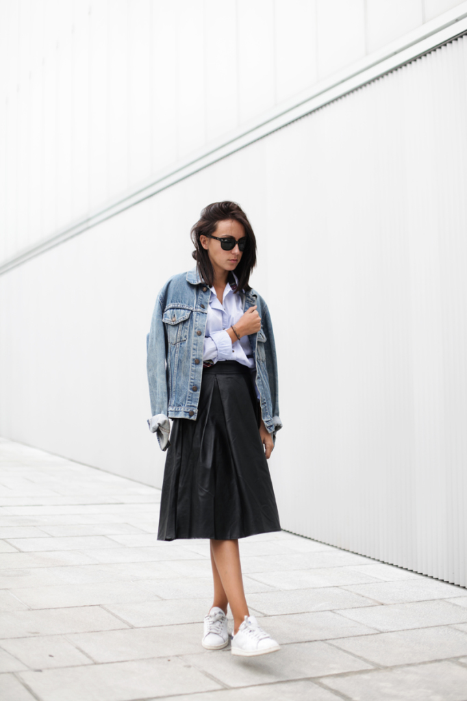 leather-skirt-leather-midi-skirt-sneakers-denim-jacket-fall-via-lucitisima