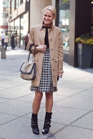 mary-kate-steinmiller-trench-coat-houndstooth-a-line-skirt-chuny-edby-buckled-boots