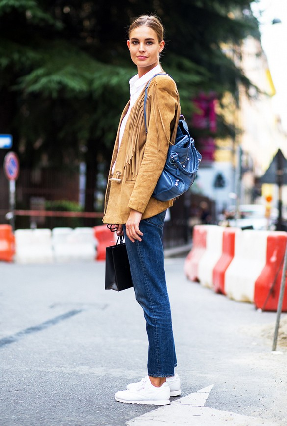 suede-fringe-blazer-fall-fringe-western-white-sneakers-mom-jeans-model-fall-via-the-urban-spotter