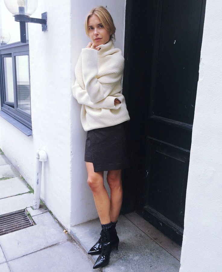 sweaters and skirts, fall winter outfits, black and white, black leaather wrap skirt, mini skirt, black booties, patent leather booties, ankle boots, white turtleneck sweater, black and white, fall outfit, look de pernille