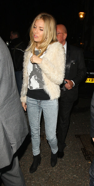 sienna-miller-acid-wash-jeans-graphic-tee-furry-coat-via-stylebistro