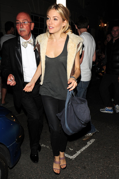 sienna-miller-black-skinnies-shearling-fur-vest-going-out-night-out-fall-via-stylebistro