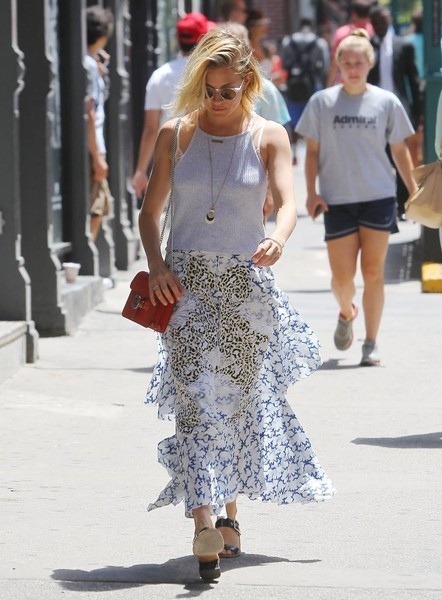 sienna-miller-style-maxi-skirt-summer-outfit-stylebistro