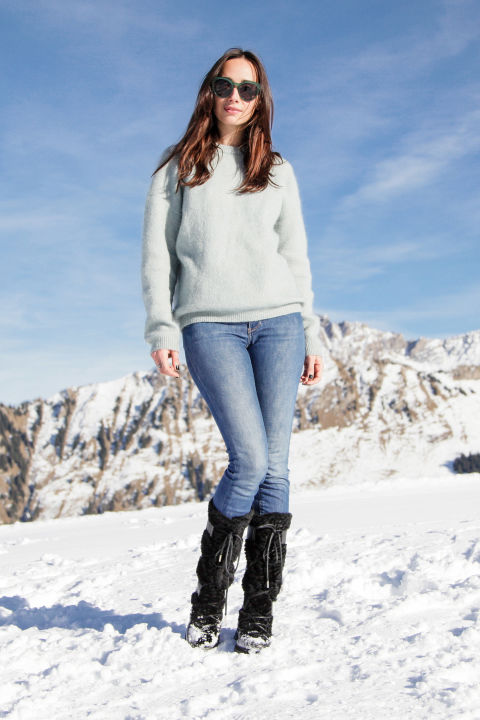how to wear snow boots, winter outfits, snow outfits, ski outfit-apres ski outfit-jeans-sweater-snow boots-rebecca dayan-hbz