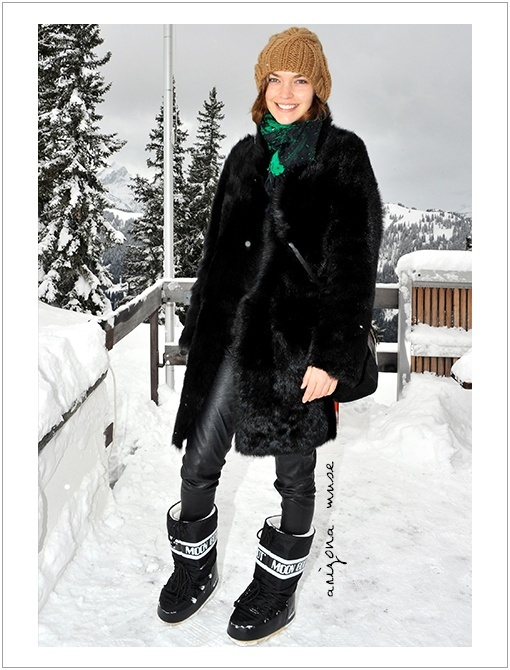 what to pack for a ski vacation, apres ski outfit, winter weekend outfit, snow boots, moon boots, black leather leggings, black fur coat, scarf, beanie, apres ski chic