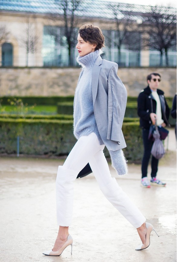 turtleneck-sweater-white-jeans-winter-whites-jacket-on-shoulders-pumps-classics-classic-jeans-to-work-white-jeans-winter-via-styledumonde