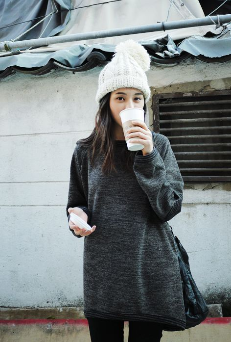 beanie, winter outfit, how to wear beanies, winter hat, knit hat, beanie-grey-gray-oversized-sweater-pon-pon-via-thatkindofwoman.tumblr.com
