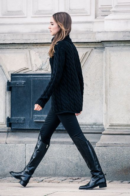 black skinnies, blakc turtleneck sweater, black riding boots, all black outfit, winter outfit
