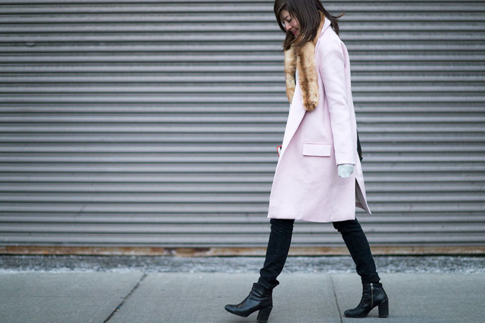 nyfw-winter-layers-freezing-elle-pastel-pink-coat-black-ankle-boots-fur-scarf-black-skinnies