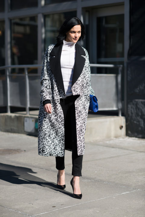 nyfw-winter-layers-freezing-elle-turtleneck-black-trouser-pants-black-pumps-statement-coat-black-and-white-prints-graphic-prints-artsy-prints