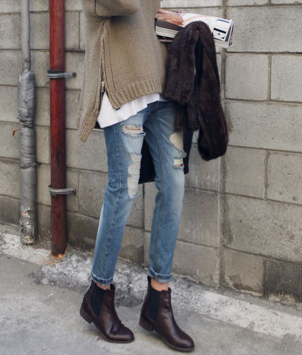 winter outfits, oversized-sweater-distressed-denim-chelsea-boots-fur-ia-inunomimi.tumblr.com