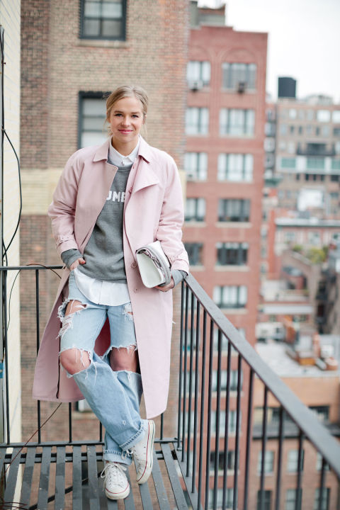 elle-05-chloe-king-pastel-pink-coat-ripped-jeans-converse-sweatshirt-weekend