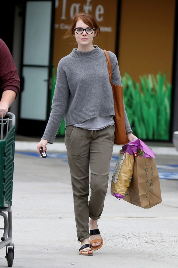 emma stone, weekend, cargo pants, olive green, glasses, grey