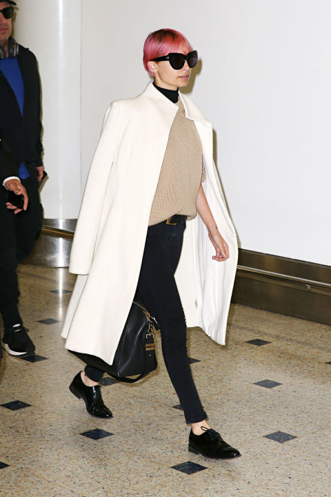 nicole-richie-skinny-black-jeans-black-skinnies-layers-chic-white-coat-jacket-on-shoudlers-airport-via-laydlike-polished-work-spring-neutrals-via-hbz