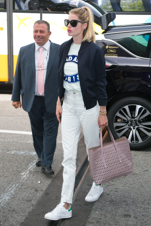 doutzen krous, cannes, mom jeans, tee, tshirt, baseball jacket, adidas sneakers, tote