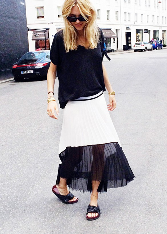 black-and-white-summer-sheer-maxi-skirt-black-slides-sandals-via-look de pernille