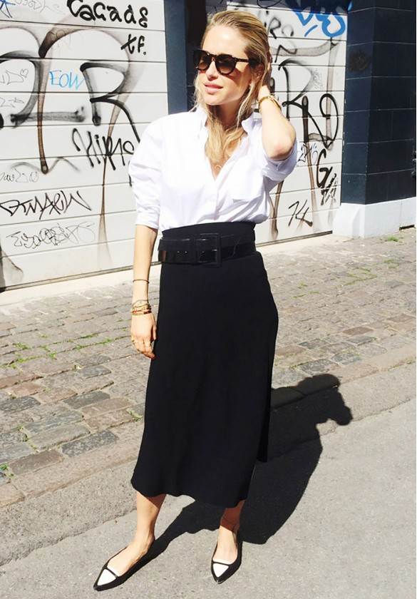black-midi-skirt-white-button-up-oxford-flats-black-and-white-spring-outfits-work-outfit-fall-via-lookdepernille