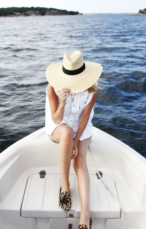 boating-beach-summer-lake-straw-hat-white-oxford-summer-weekend-via-veronicalovesarchie.com