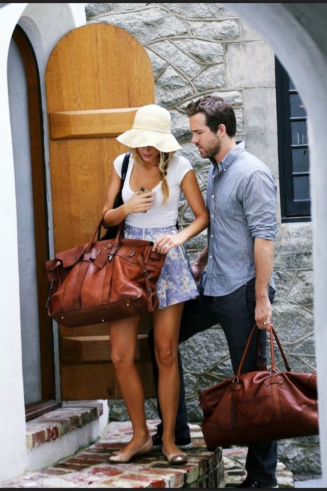 jetsetter-summer-tourist-sightseeing-floral-shorts-white-tee-straw-hat-sandals-honeymoon-jetsetter-blake-lively-via-glamradar.com