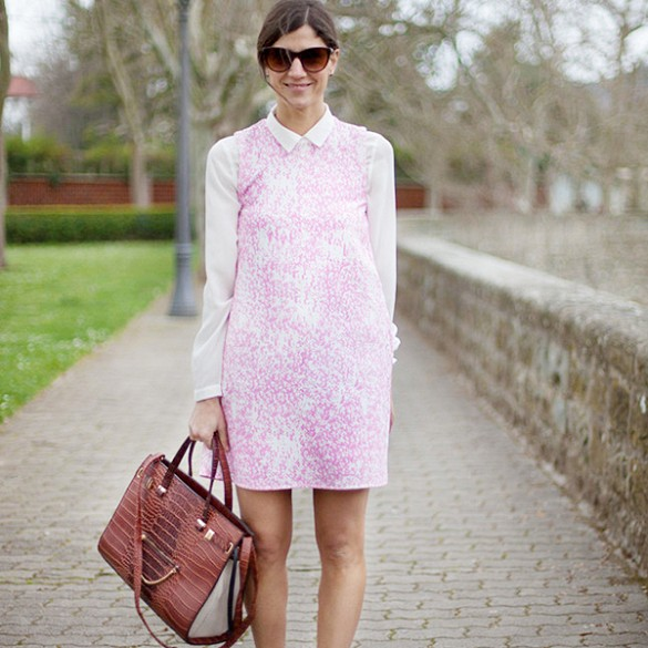 shift-dress-pastel-pink-oxford-shirt-work-otufits-spring-outfits-via-pose.com