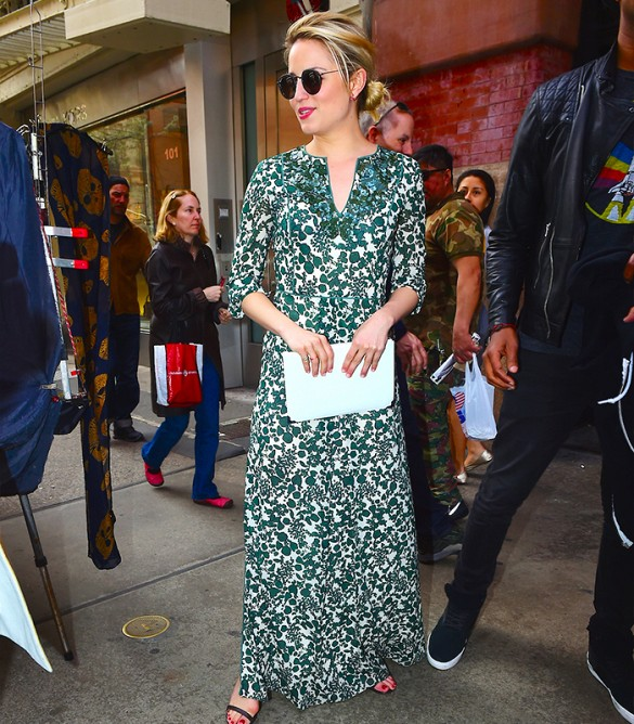 summer-printed-maxi-dress-caftan-summer-wedding-shower-party-event-white-clutch-dianna-agron-leaf-print-caftan-tory-burch-via-www