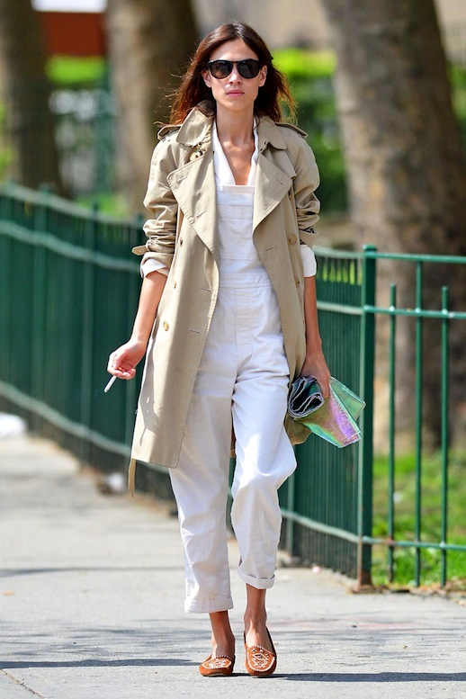 weekend-spring-outfits-alexa-chung-white-overalls-trench-coat-flats-mocassins-via-vogue spain