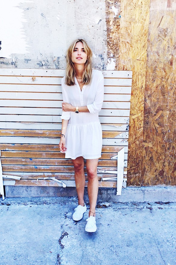 white-wrap-dress-summer-sundress-white-shirt-dress-white-sneakers-via-look de pernille