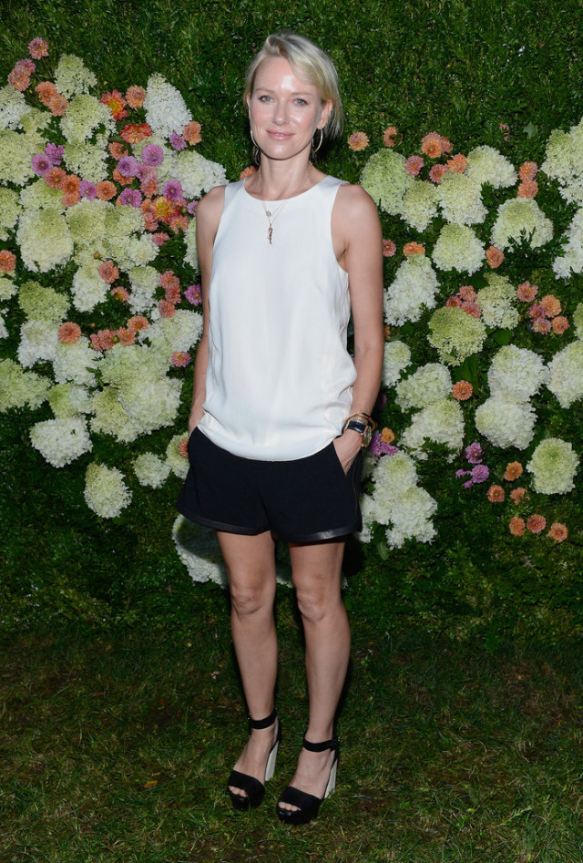 Naomi-Watts-hamptons-party-weekend-casual-shorts