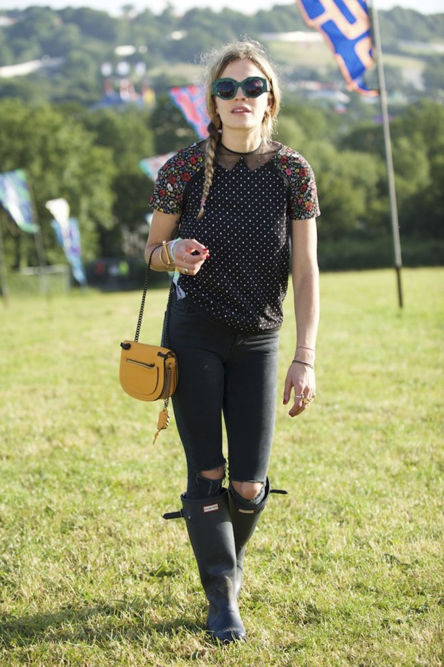 glastonbury-2015-style-festival-fashion-wellies-rain-boots-via-getty-ripped-black-jeans
