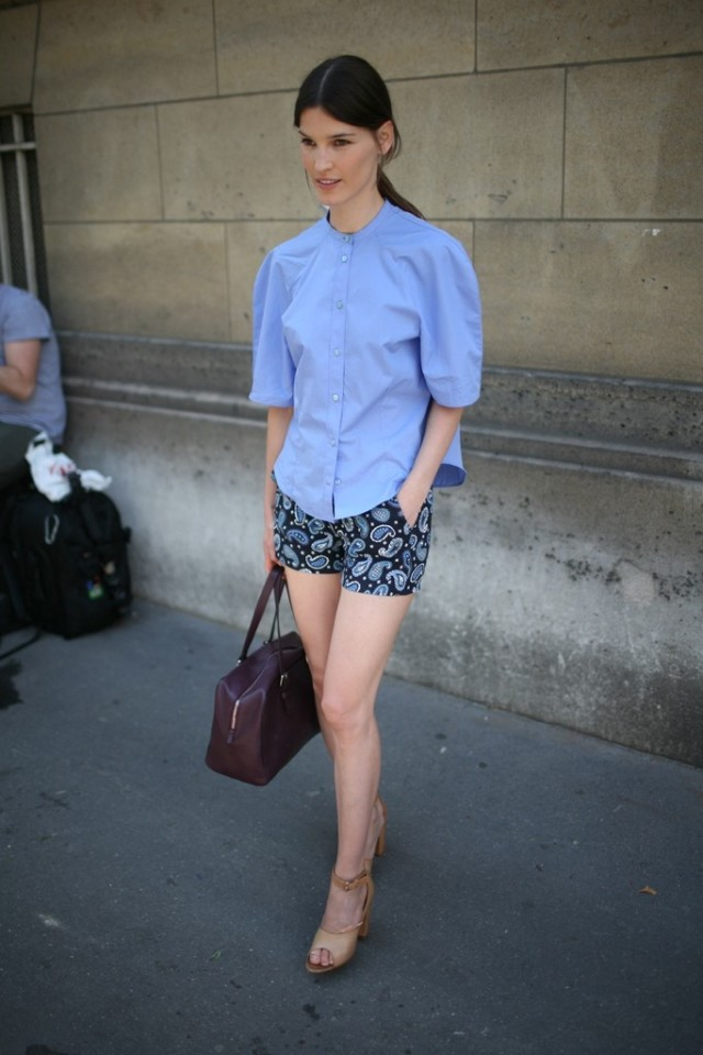hanneli-musparta-blogger-style-summer-outfit-weekend-shower-brunch-out-paisley-printed-shorts-puff-sleeve-blouse-short-sleeve-blouse-blue-via-wwd