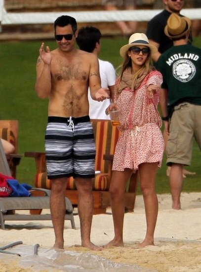 jessica-alba-beach-cover-up-hat-party-summer-jetsetter-vacation-via-fabsugar