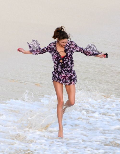 olivia-palermo-beach-cover-up-jetsetter-vacation-summer-beach-outfit-via-floral-tunic