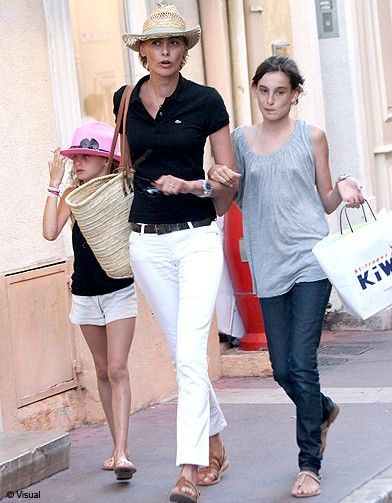 white-jeans-polo-shirt-hat-summer-vacation-sightseeing-via--ines-de la fressange