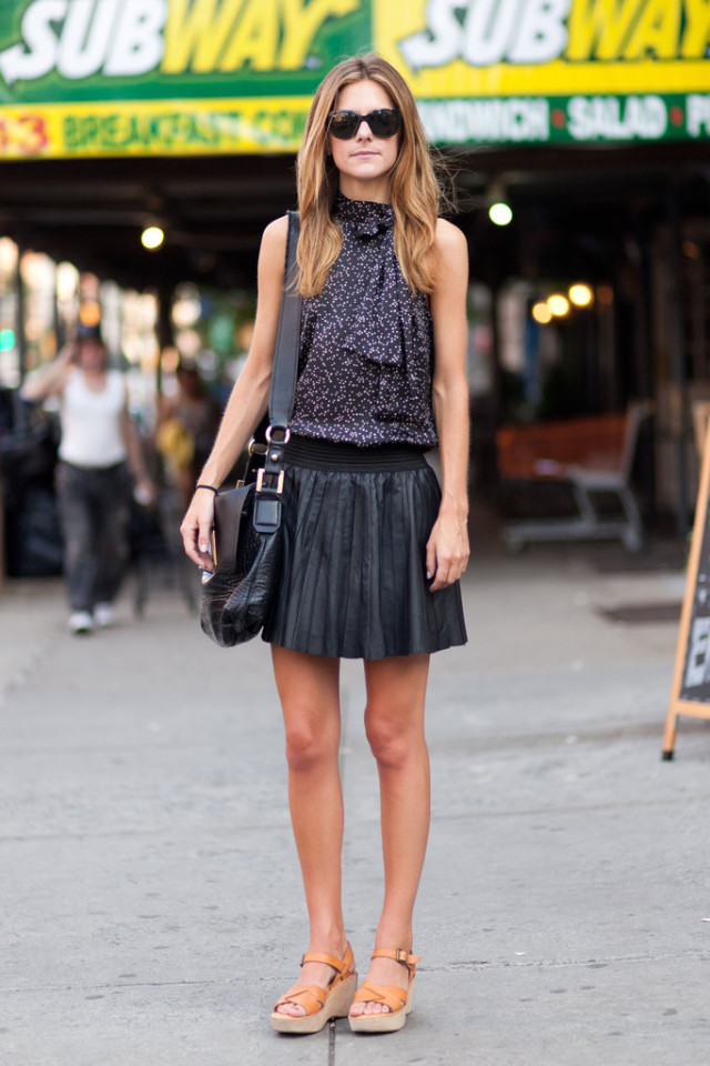 black-leather-mini-skirt-summer-work-outfit-flatform-wedge-sandal-printed-going-out-top-date-night-out-summer-via-