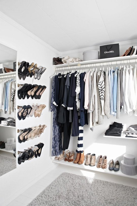 closet-org-makeshift-closet-hanging-by-length-shoes-rack-via-apt therapy via stylizimo