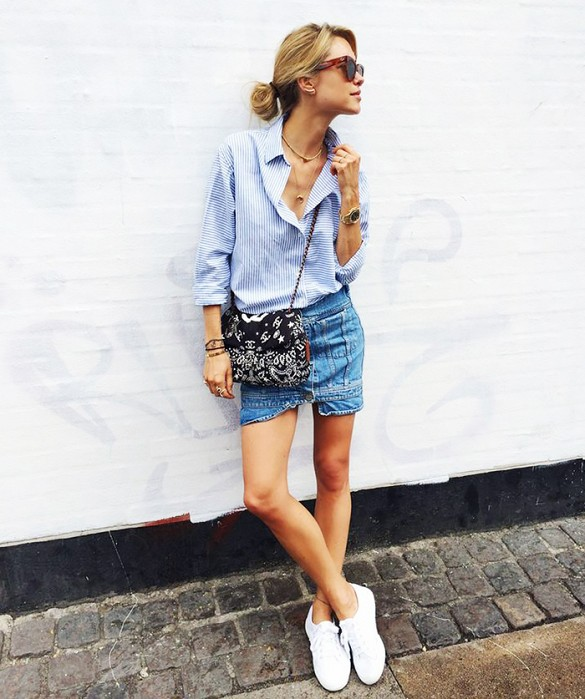 denim-mini-skirt-oxford-shirt-white-sneakers-weekend-summer-casual-via-look de pernille