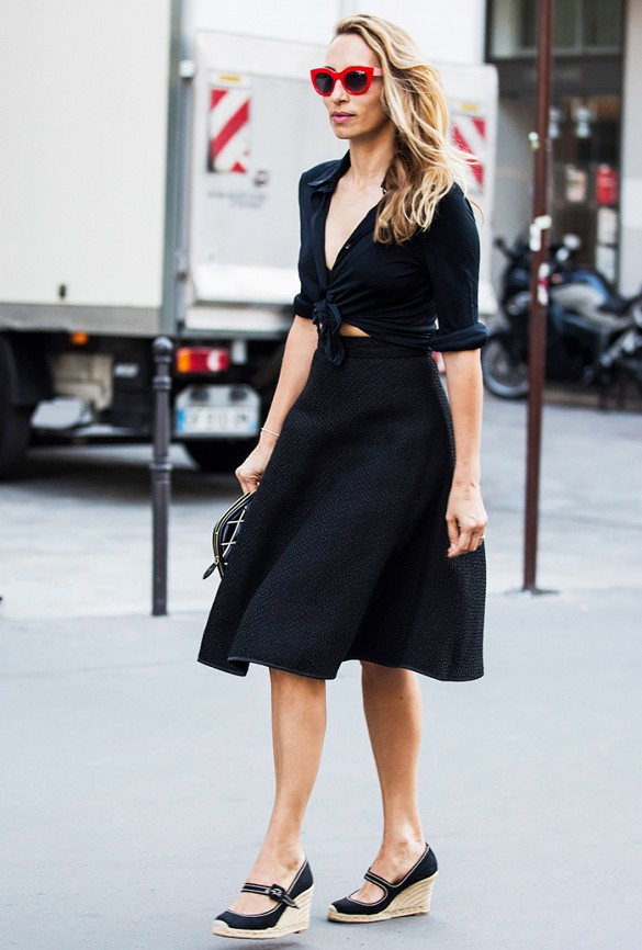 lbd-summer-outfit-espadrilles-all-black-black-fit-and-flare-dress-midi-skirt-knotted-shirt-via-carolines mode