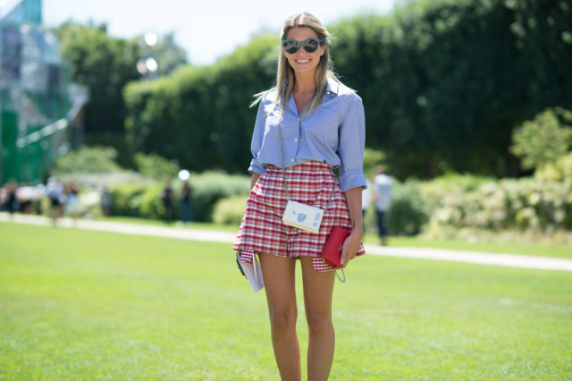 plaid-printed-shorts-chambray-shirt-oxford-preppy-summer-outfit-brunch-party-bbq-mini-bag-sunglasses-paris-couture-fashion-week-street-style-via-elle.com