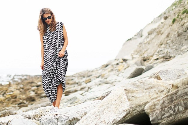 printed-maxi-dress-sneakers-vaca-jetsetter-style-summer-outfit-pol-party-via-clochet