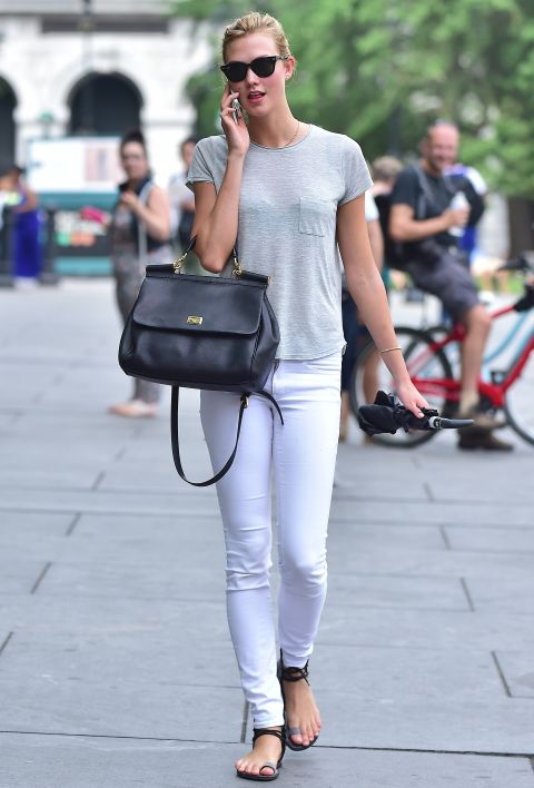 karlie koss white jeans grey tee sandals summer weekend shopping errangds rain umbrella via elle.com