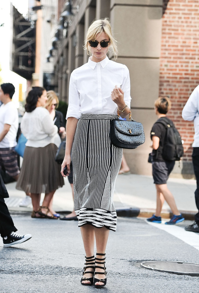 summer-work-outfit-black-and-white-black-and-white-midi-skirt-printed-skirt-white-oxford-via-getty