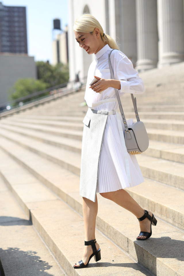 summer-work-outfit-grey-and-white-pleated-skirt-white-oxford-block-heels-via-instagram wheresmydriver