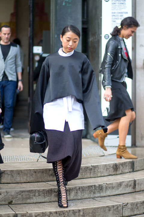 bell sleeves frayed cuffs fall layers cropped sweater crop top over white oxford lace up shoes boots sewater dress skirt hbz-street-style-paris-fashion week pfw-fall fashion