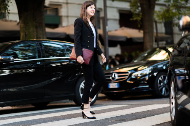 black skinnies frayed enim-ankle strap hblock heels-burgundy clutch parisian style-leah chernikioff-milan fashion week street style-via