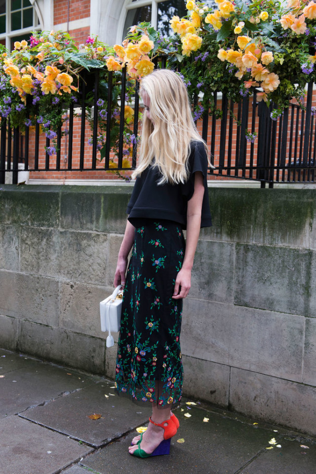 lfw london fashion week street style-fall otufits-fall florals-printed fall maxi midi skirt-colorblock platform wedges-boxy crop top blouse-fall work outfits