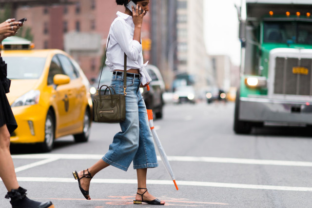 nyfw-fall outfits-via-elle.com-cropped flares-sandals-transtional dressing-summer to fall-belt-knotted shirt-rainy day outfit-white mens oxford