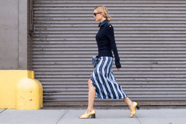 nyfw-fall outfits-via-elle.com-navy-striped-midi-skirt fall work outfits-summer to fall-stripes-fall outfits-look de pernille