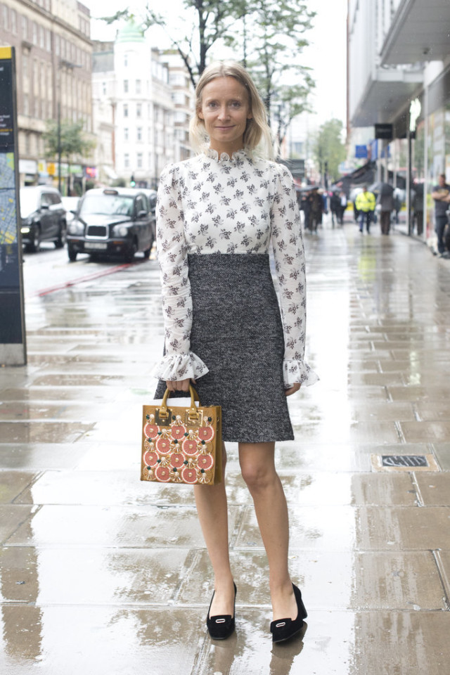printed blouse-victorian collar blouse-ruffle sleeves-grey pencil skirt-founce skirt-ladylike loafers heels-fall work outfits-lfw london fashion week street style-fall otufits