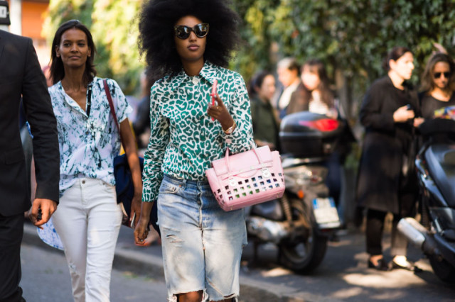 printed tops-white jeans-ripped boyfriend jeans-milan fashion week street style-via elle.com