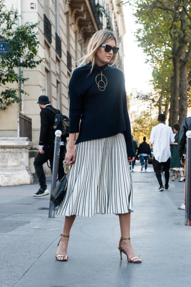 geometric jewelry necklace turtleneck pleated black and white skirt pleated skirt midi skirt sandals heels Paris-Fashion-Week-Day-2